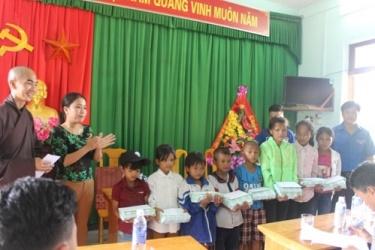 Hội Phật tử Chùa Từ Lâm – Thành phố Huế thăm hỏi và tặng quà cho các em học sinh có hoàn cảnh khó khăn tại Trường Tiểu học Sơn Trạch